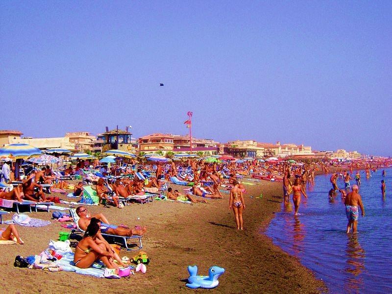 Il litorale di Ostia, luogo prediletto dai romani in estate. Foto di:Wikipedia.