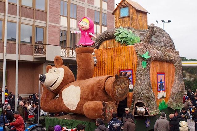Il carro di Masha e Orso al Carnevale dell'Orciolaia (dal sito Carnevale Aretino).