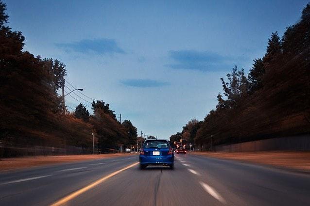 Un'auto percorre la Warden Avenue a Scarborough, Ontario (Foto Wikimedia Commons)