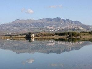 Panorama di Sambuca di Sicilia dal lago Arancio. Foto da Wikipedia