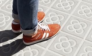 """easyJet lancia le scarpe """"smart"""" per guidare il turista in città"""