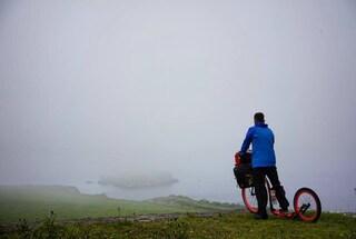 I diari del monopattino, giorno 2: nebbia e pioggia, poi il Selciato del gigante