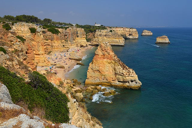 Praia da Marinha – Foto Wikimedia Commons