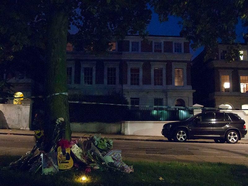 Foto e fiori davanti a casa di Amy Winehouse. Foto da Wikipedia