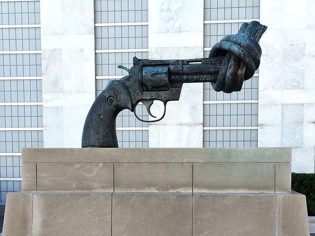 Pistola annodata, Giardini del Palazzo di Vetro, Onu – Credits: Scott Beale