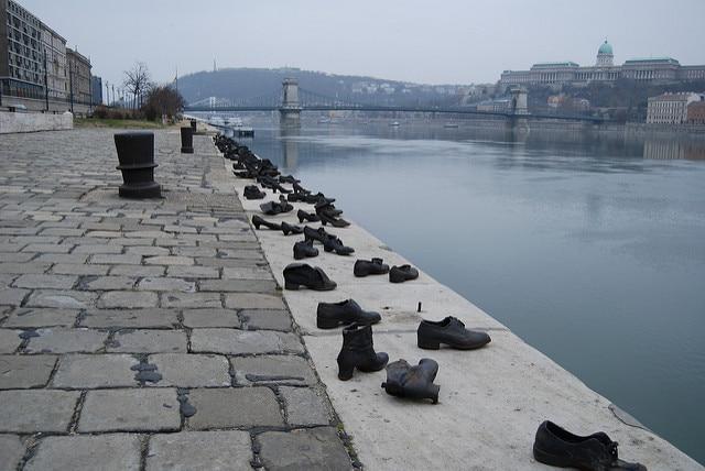 Scarpe lungo il Danubio, Budapest – Credits: Paul Mannix