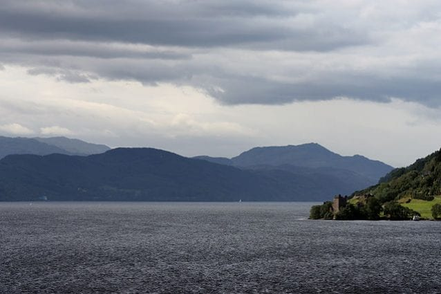Loch Ness e castello di Urquhart – Foto Wikimedia Commons