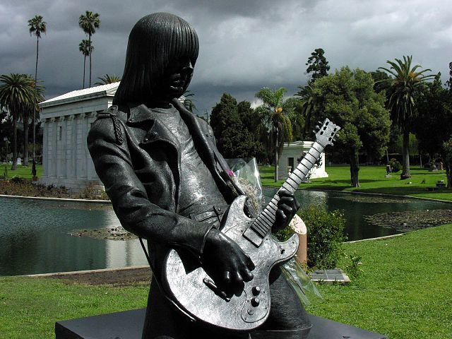Statua di Johnny Ramone all'Hollywood Forever Cemetery – Foto di Wikimedia Commons