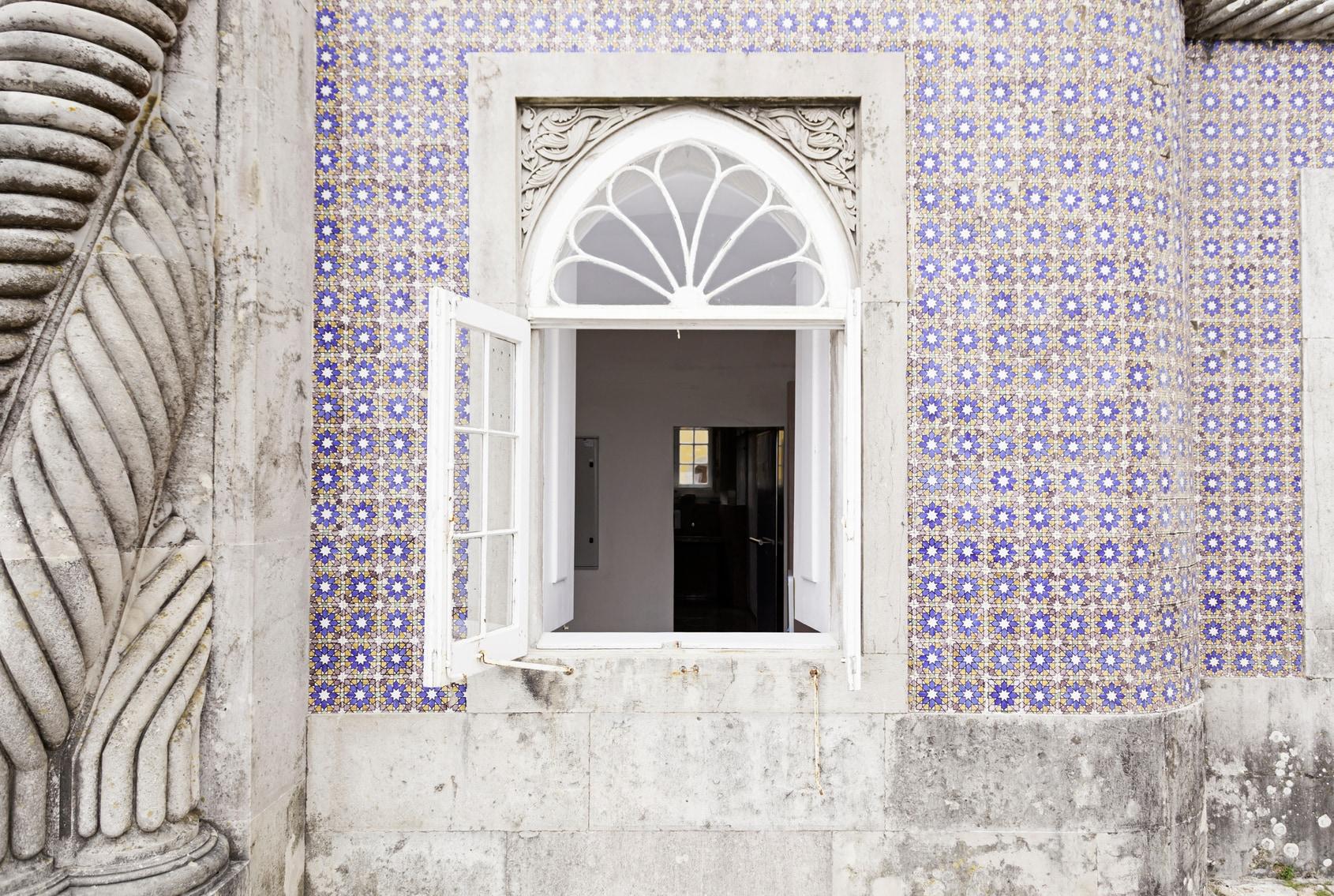 Un caratteristico muro decorato nel quartiere di Arroios, Lisbona