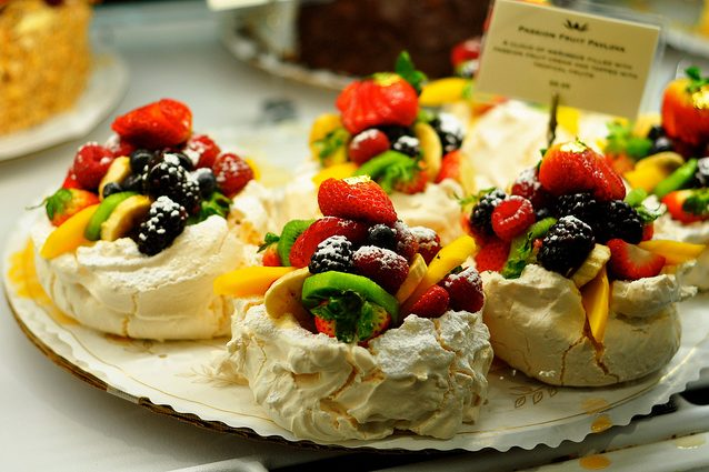 Pavlova alla frutta. Foto da Flickr