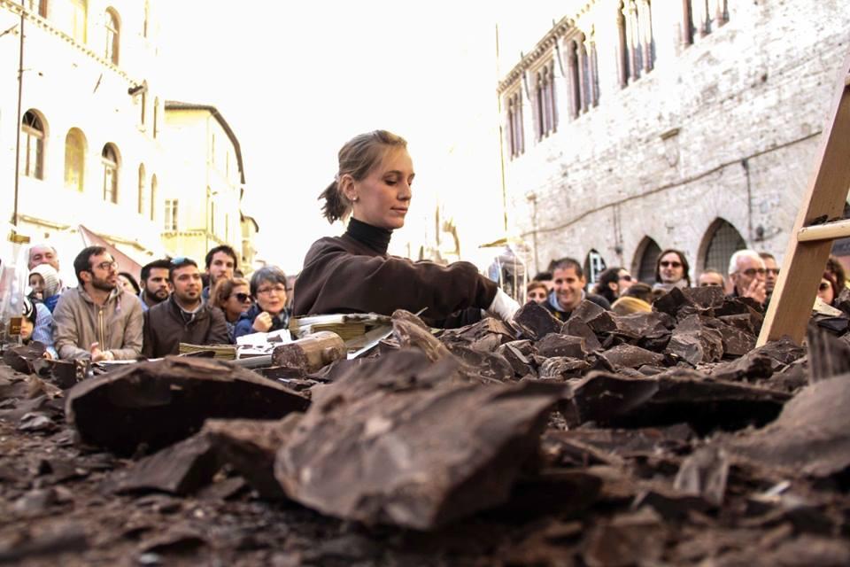 Al lavoro sulle sculture di cioccolato