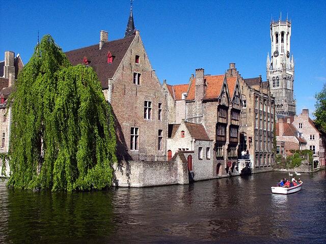 In barca tra i canali di Bruges – Foto Wikimedia Commons