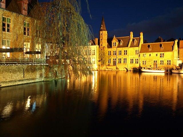 La magia dei canali di Bruges – Foto Wikimedia Commons