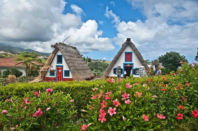Le caratteristiche abitazioni di Santana, Madeira – Foto Wikimedia Commons