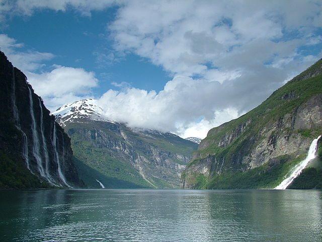 "Le ""Sette Sorelle"", splendide cascate del Geirangerfjord – Foto Wikimedia Commons"