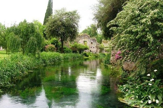 Giardino di Ninfa, il fiume Ninfa nei pressi del ponte di legno – Foto Wikipedia