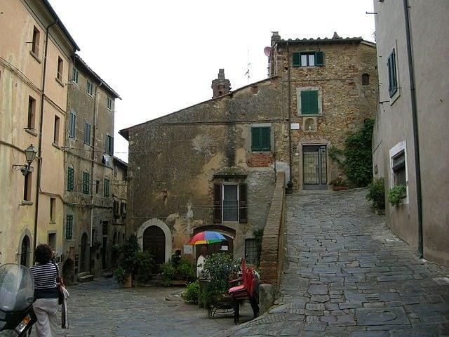 Piazzetta di Castagneto Carducci – Foto Wikipedia