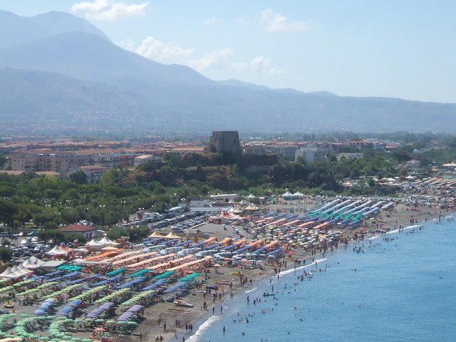 Spiaggia di Scalea con Torre Talao – Foto Wikimedia Commons