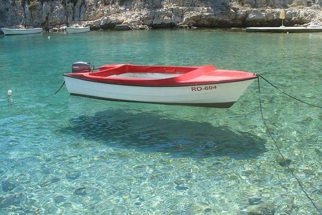 Il mare cristallino dell'isola di Solta – Foto Wikimedia Commons