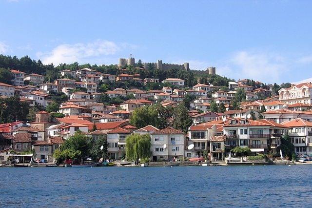 Veduta di Ocrida dominata dalla fortezza dello Zar Samuil – Foto Wikimedia Commons