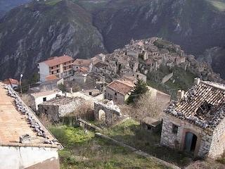 Romagnano al Monte, la malinconia di un borgo fantasma