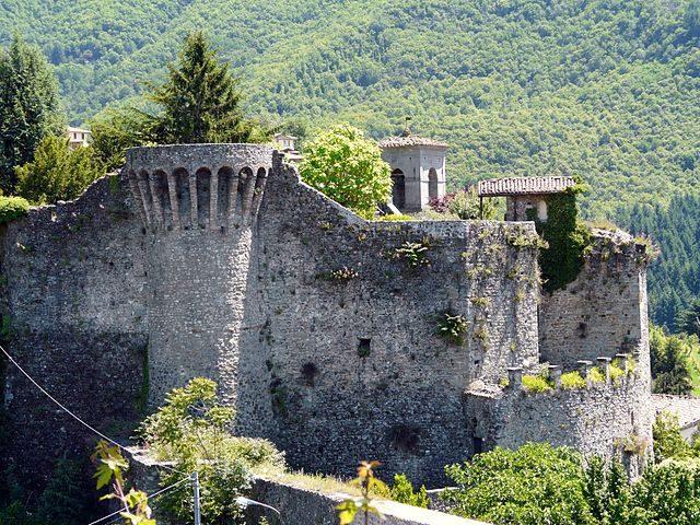 Castiglione di Garfagnana, mura e torri – Foto Wikimedia Commons