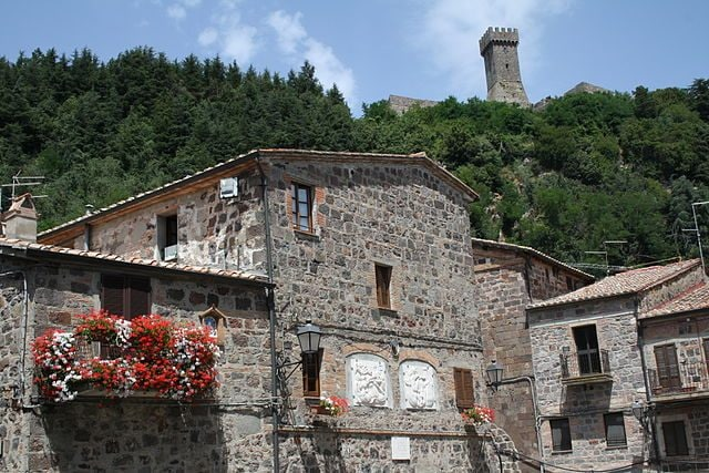 Radicofani, la Rocca vista dal borgo – Foto Wikimedia Commons