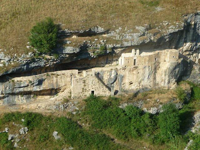 Eremo di San Bartolomeo in Legio – Foto Wikimedia Commons
