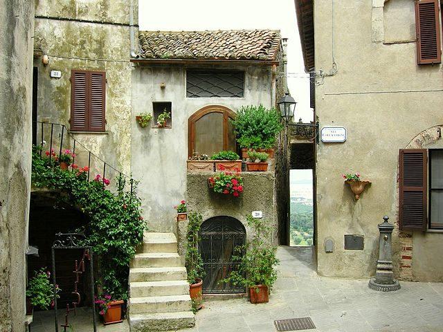 Una piazzetta a Capalbio – Foto Wikimedia Commons