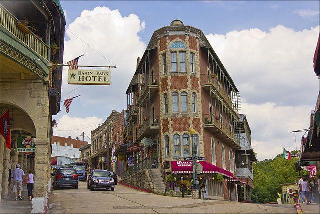 La downtown di Eureka Springs con il Basin Park Hotel – Foto Wikimedia Commons