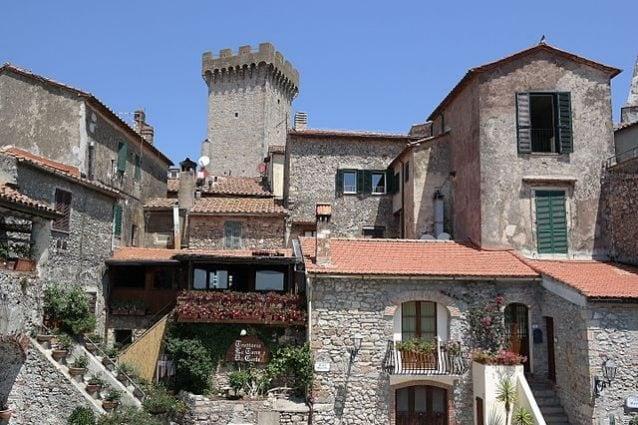 Capalbio, centro del paese con torre – Foto Wikimedia Commons
