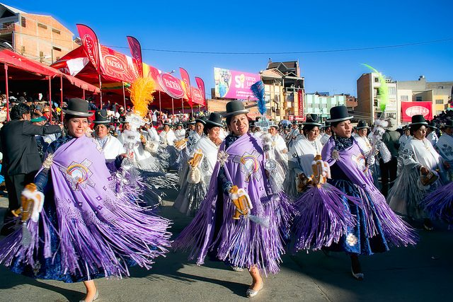 Uno spettacolo con le caratteristiche cholitas a La Paz – Foto Hugo Nestor Quispe Saire
