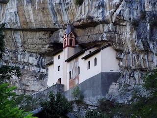 Eremo di San Colombano, un angolo di pace scavato nella roccia