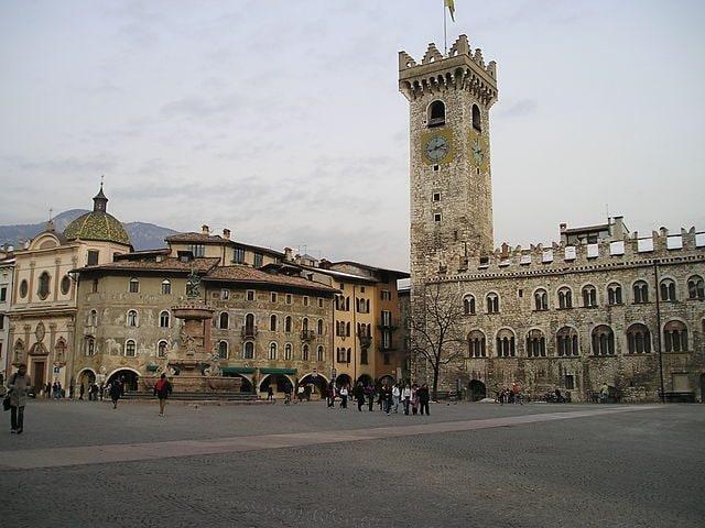 Trento, Piazza Duomo con Palazzo Pretorio e la Torre Civica – Foto Wikimedia Commons