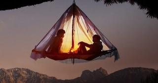 Sospesi tra gli alberi: la nuova frontiera del campeggio