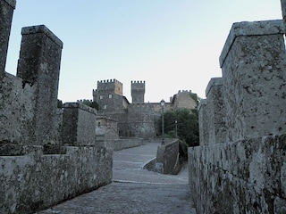 Un castello e un bosco incantato: le meraviglie di Torre Alfina