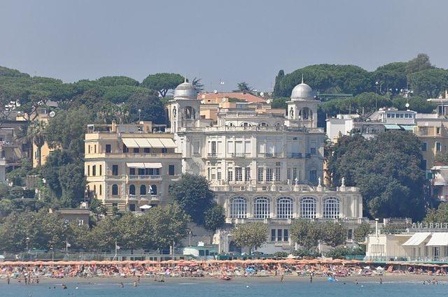 Spiaggia di Anzio con il Paradiso sul Mare – Foto Wikipedia