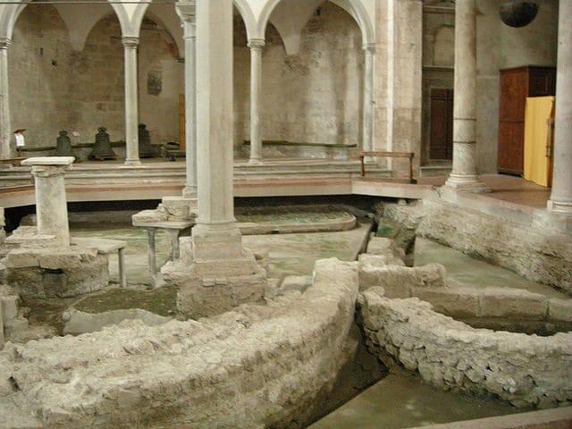 Colonna di San Pietro e scavi – Foto Wikipedia