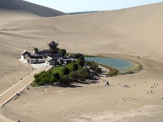 Cina, la magia del lago a forma di mezzaluna