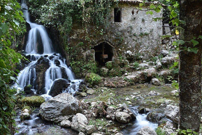 Mulino in pietra di fine '700. Oasi delle Grotte del Bussento