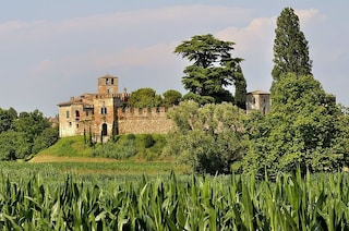 Castellaro Lagusello: il borgo con un lago a forma di cuore