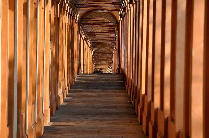 portico che conduce ala chiesa di san luca.