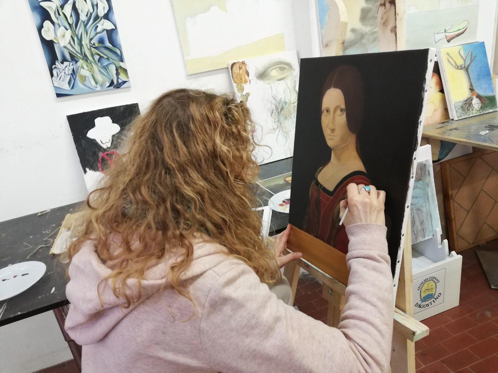 Christelle mentre lavora sulla copia della Belle Ferronière di Leonardo