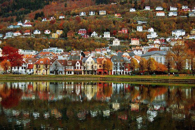 Veduta di Bergen sul lago Lille Lungegårdsvann – Foto Vidar Flak
