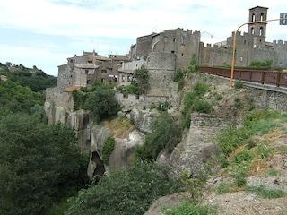 Vitorchiano, l'incanto di un piccolo borgo sulla roccia