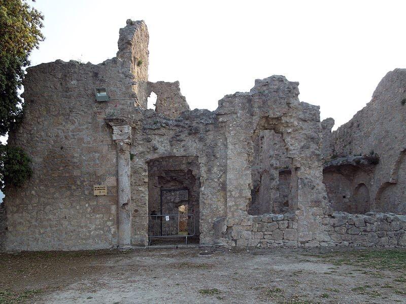 Resti della facciata del Palazzo del Governatore, all'interno della Fortezza di Civitella del Tronto