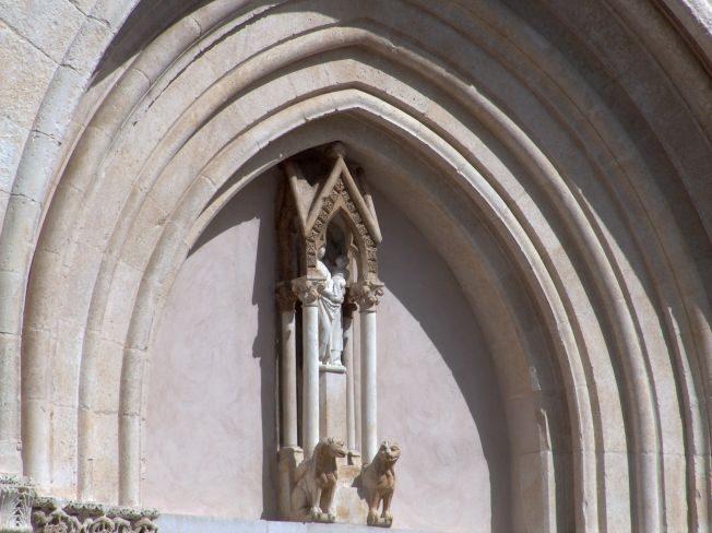Basilica cattedrale di Lucera - particolare del portale di ingresso