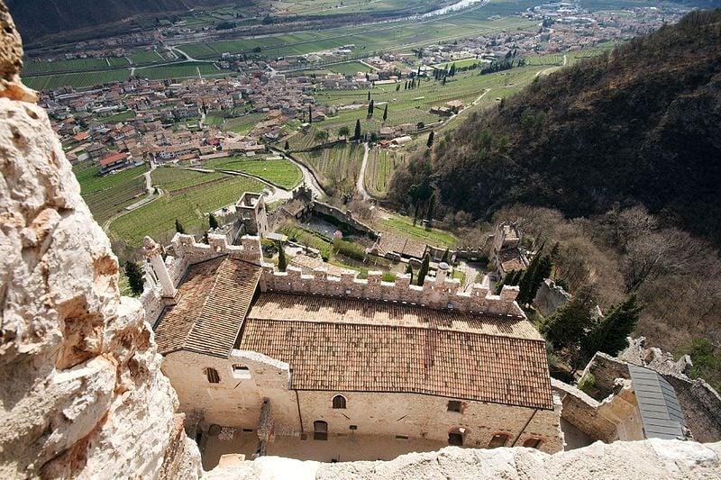 Vista della castello di Avo dalla torre dell'amore