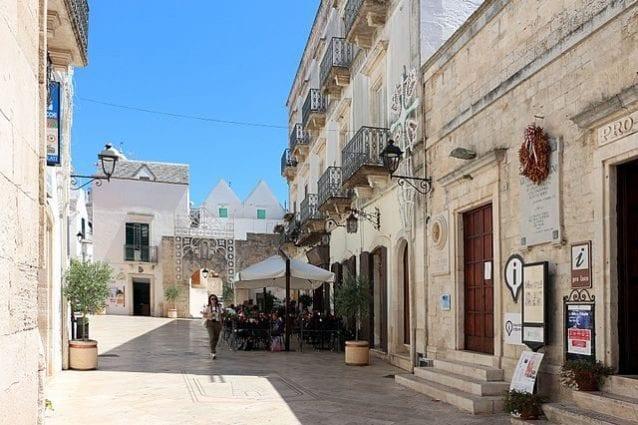 Locorotondo, Piazza Dante – Foto Wikimedia Commons