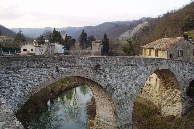 Ponte Romanico a tre arcate sul fiume Metauro